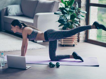 Mulher a ter aulas online sem supervisão de um personal trainer