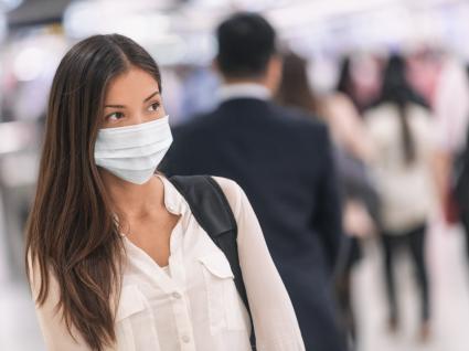 Usar máscaras: mulher a usar máscara de proteção no metro