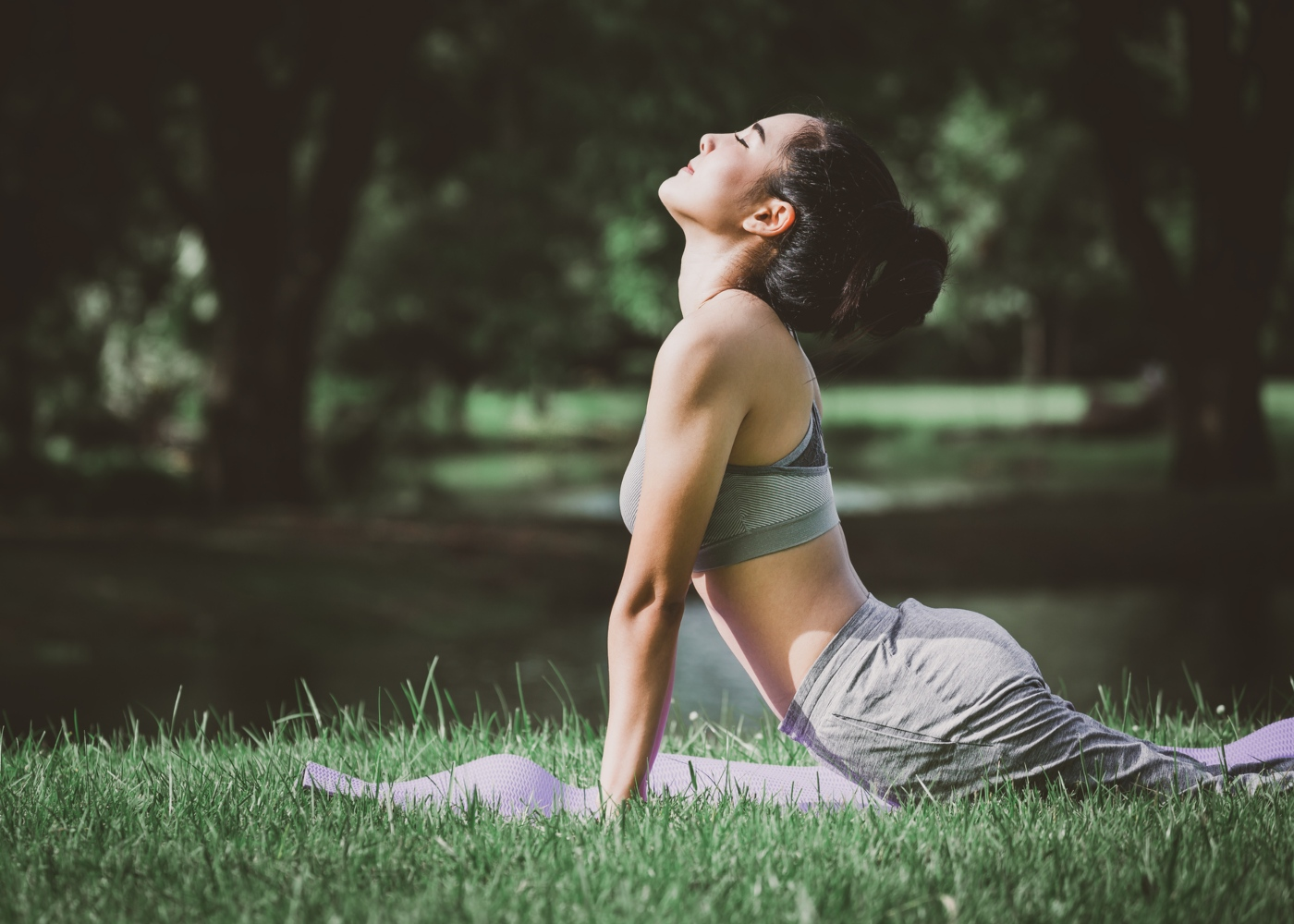 Mulher a fazer yoga no parque