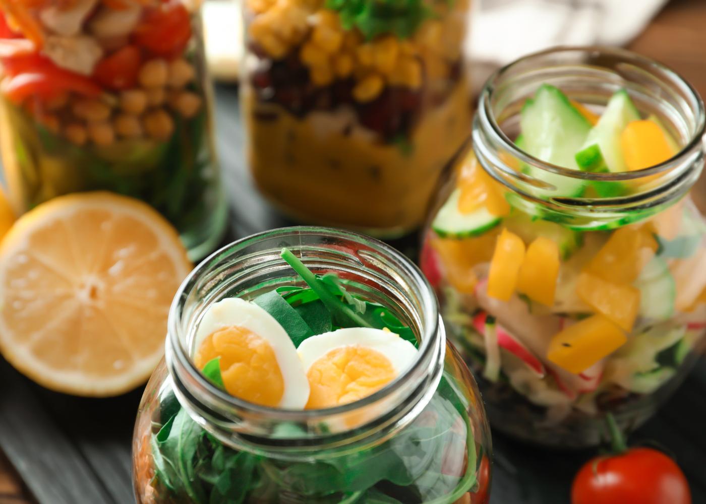 várias saladas enfrascadas