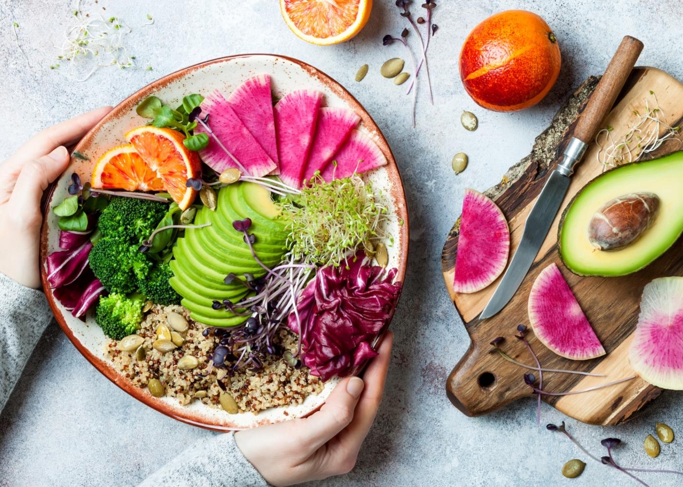 Ortorexia nervosa: mulher a fazer uma alimentaão saudável