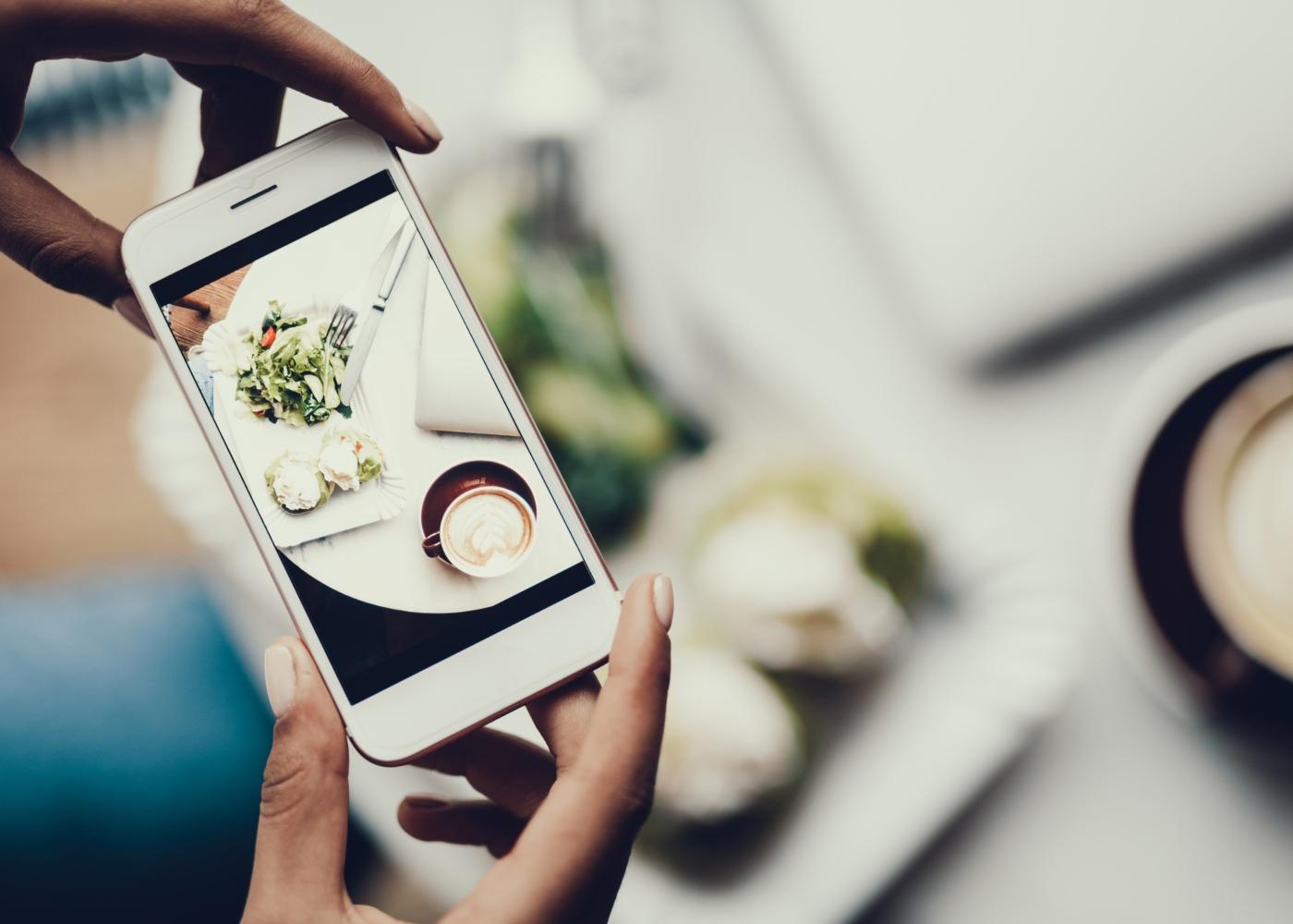 Ortorexia nervosa: mulher a tirar foto a comida para publicar nas redes sociais