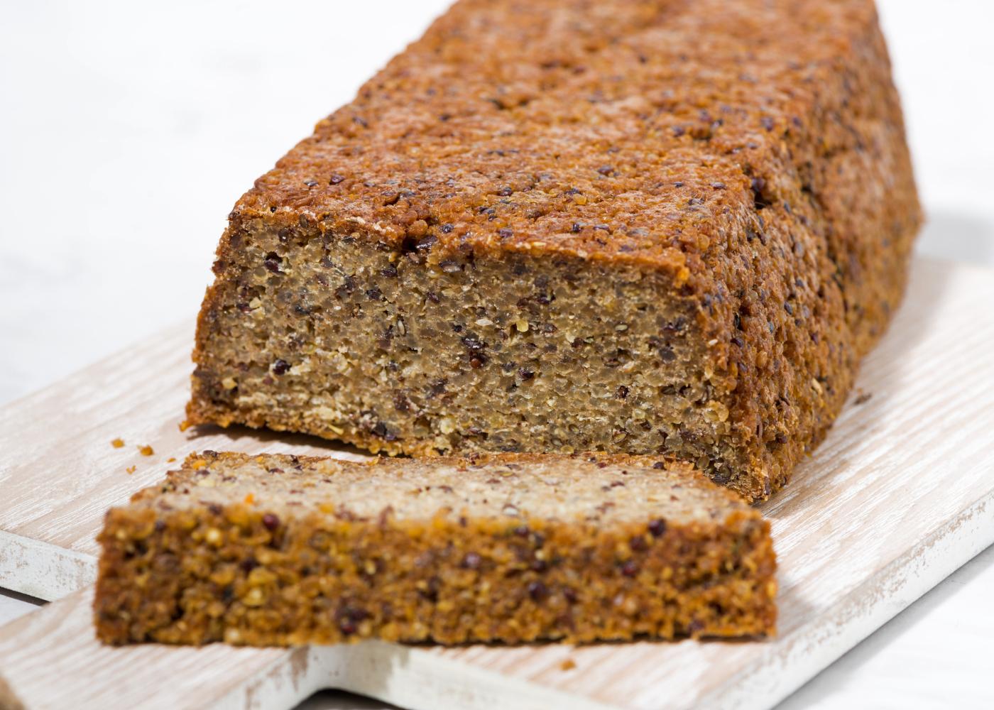 pão de quinoa fatiado
