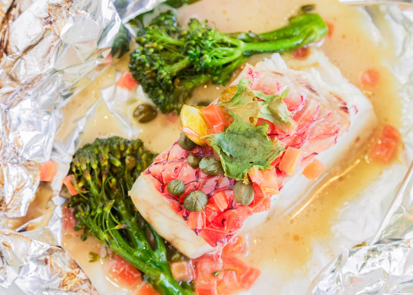 peixe em papelote com brócolos