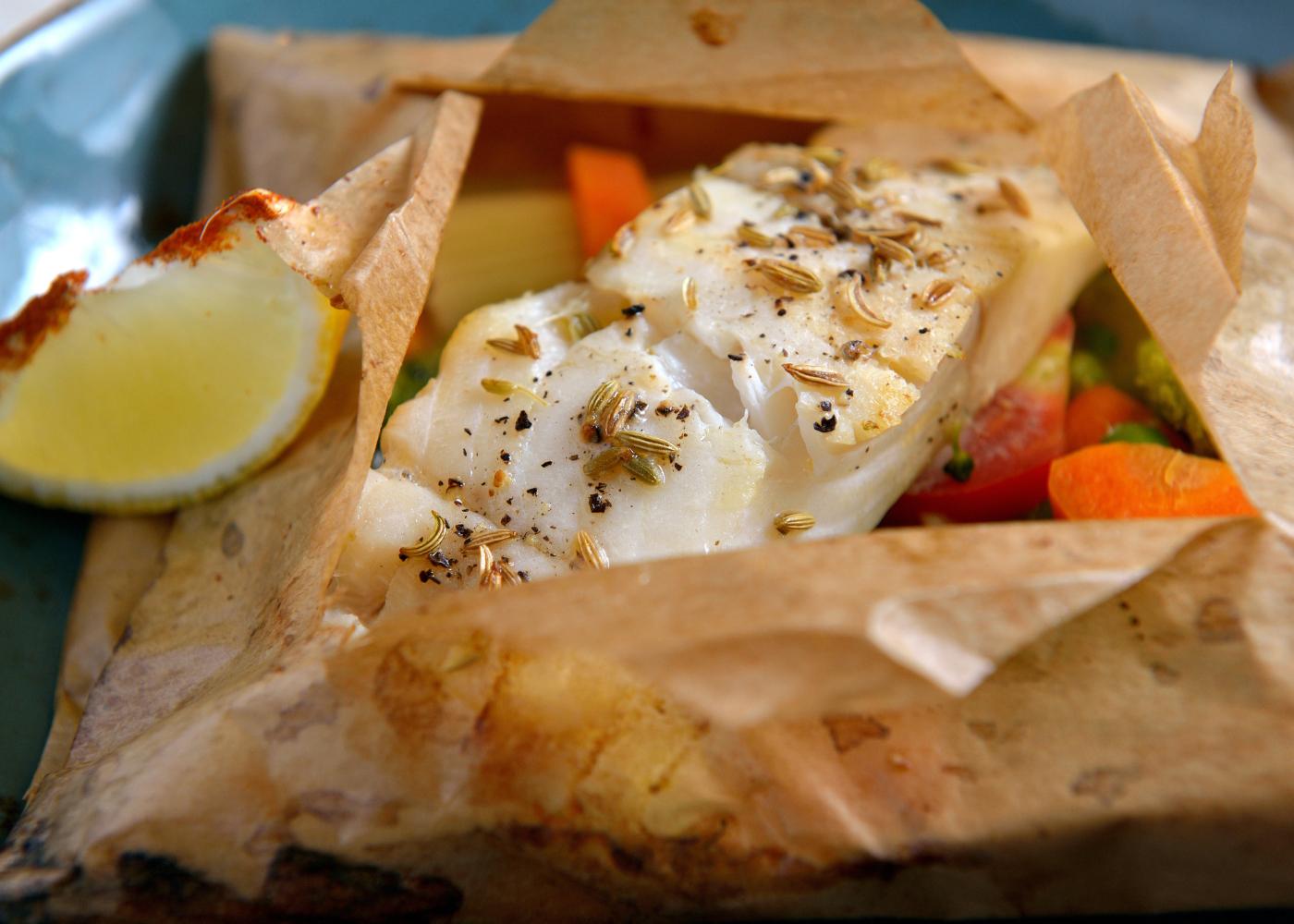 peixe assado em papelote com cogumelos e legumes