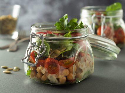 Estratégias para reaproveitar alimentos: comida em frasco de vidro