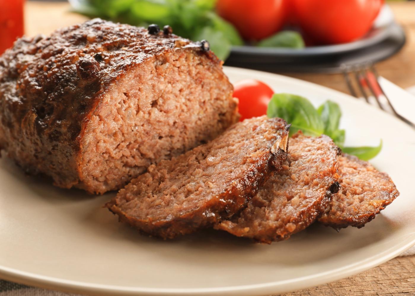 rolo de carne fatiado com farinheira