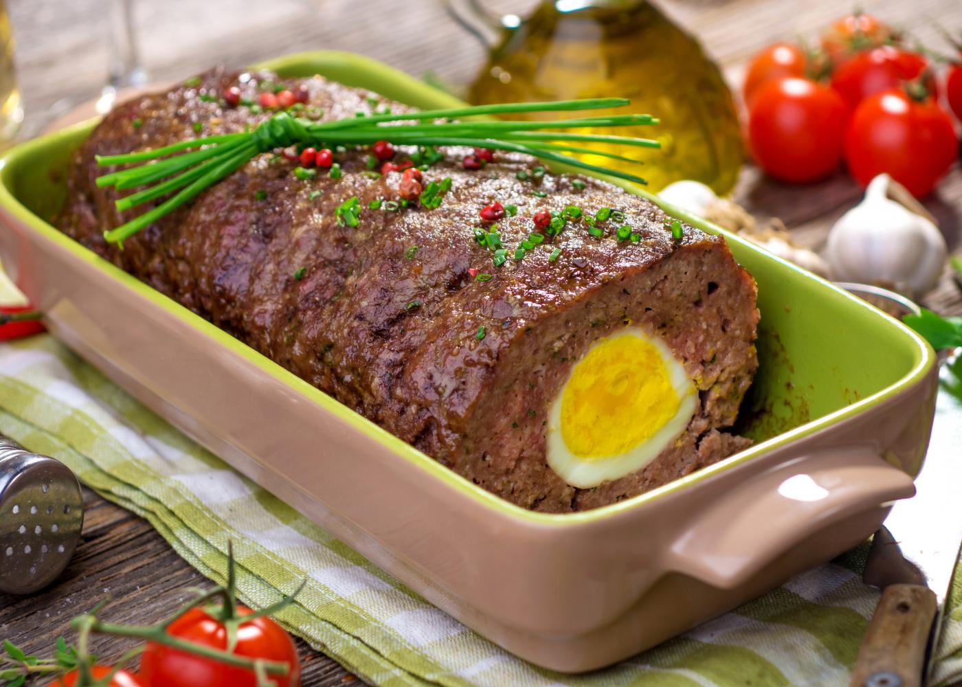 rolo de carne com ovo cozido