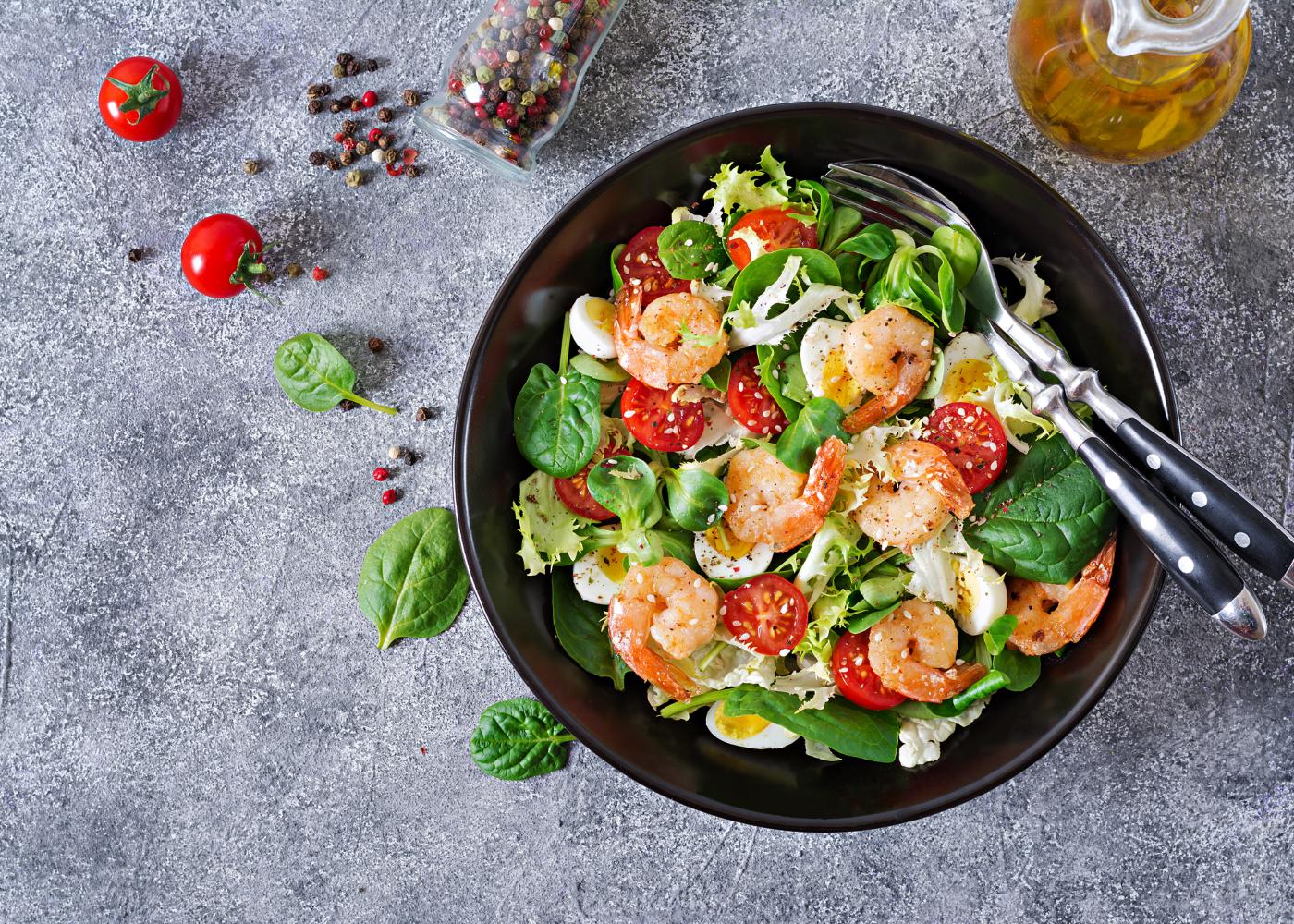salada de camarão e espinafres