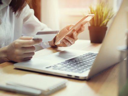 Mulher a comprar serviços online para não ter de sair de casa