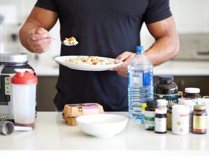 Estudo sobre suplementos alimentares: atleta a tomar suplementos para aumentar a performance desportiva