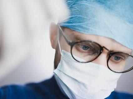 Veterinário com máscara a receber pet na clínica