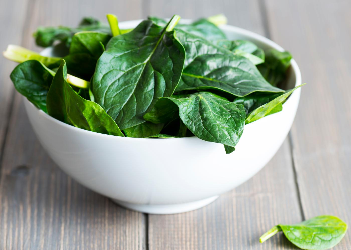 Vitaminas para gestantes: taça com espinafres