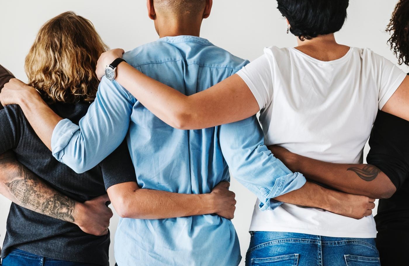 Pessoas a abraçarem-se