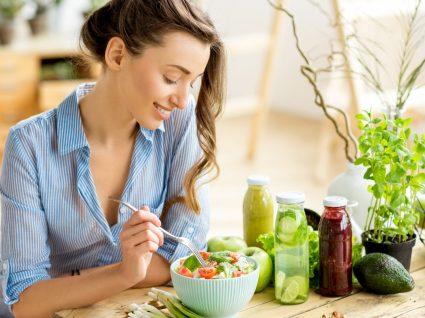 Alimentação é uma aliada na saúde mental: mulher a almoçar