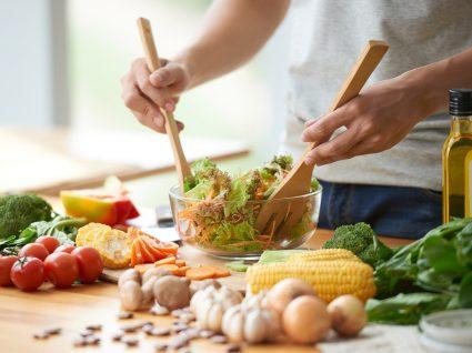 Alimentação durante quarentena: homem a preparar almoço