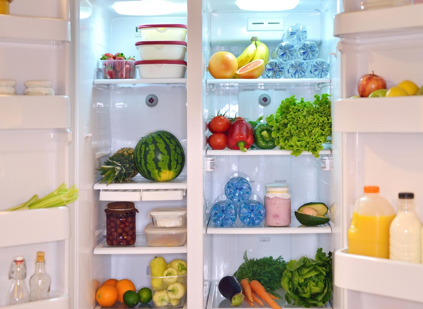 Variedade de alimentos no interior de um frigorífico