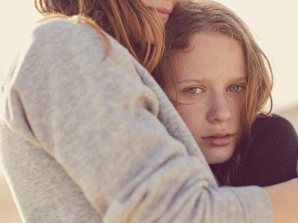 Ansiedade na adolescência: mãe a abraçar a filha
