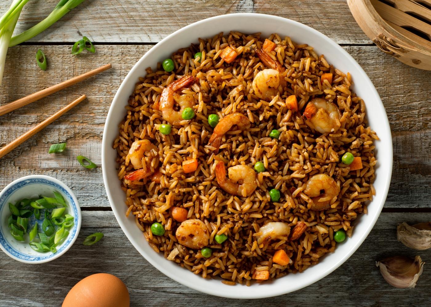 Wok com arroz frito e camarões