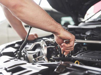 AUTODOC CLUB: homem a fazer manutenção do automóvel