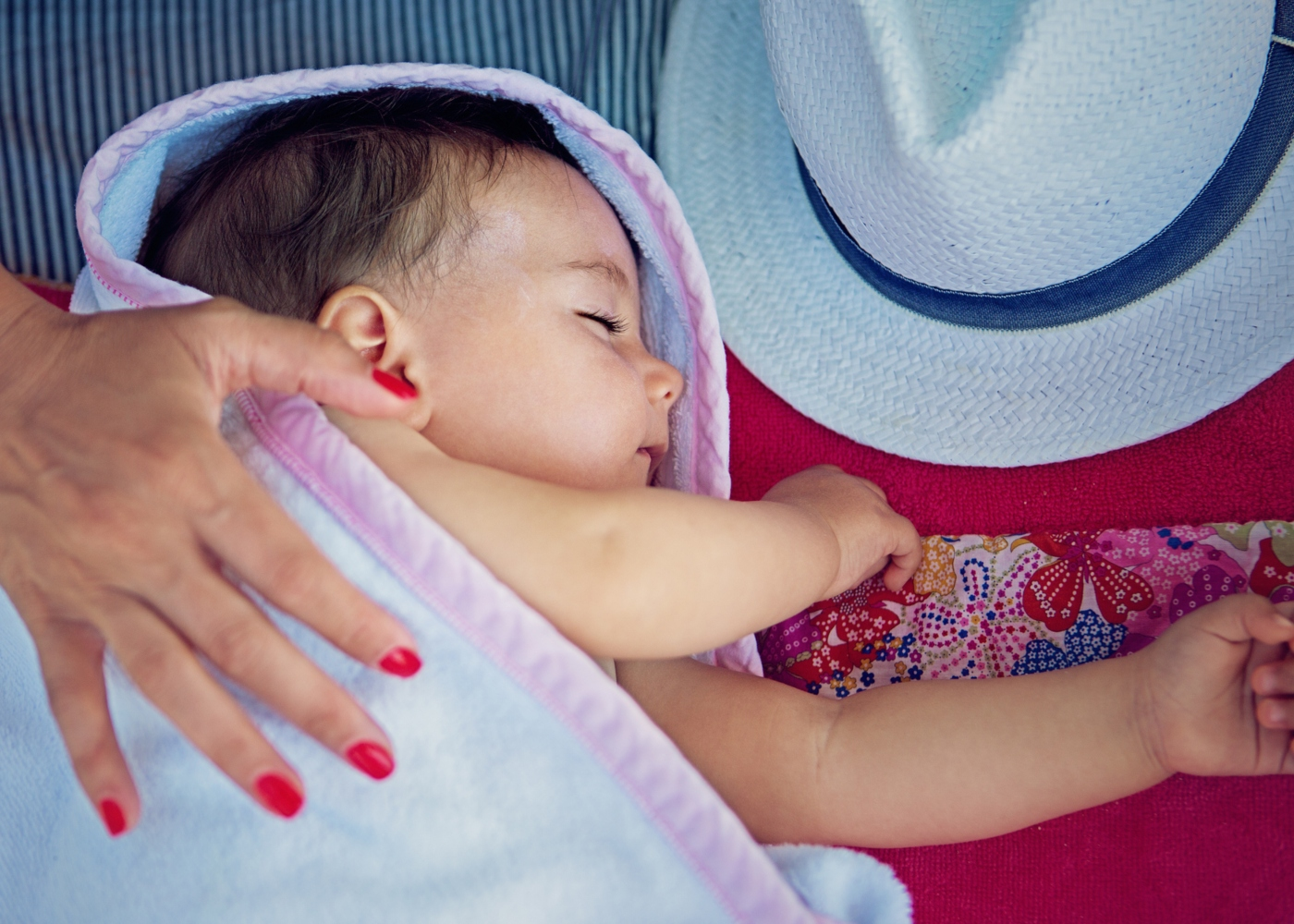 Bebé a dormir na praia