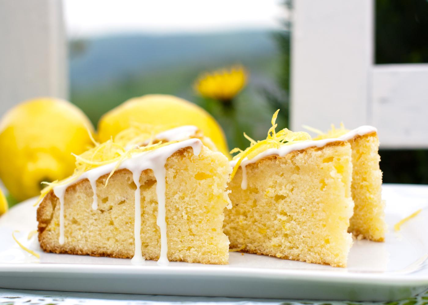 fatias de bolo de limão e coco