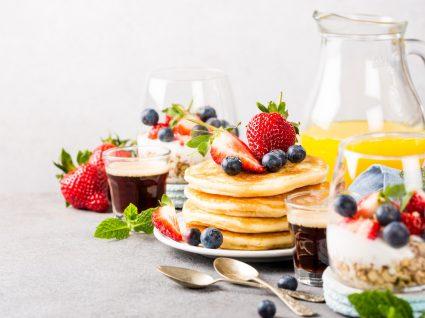 Brunch em casa: panquecas, frutas, sumo laranja, café, cereais, iogurte