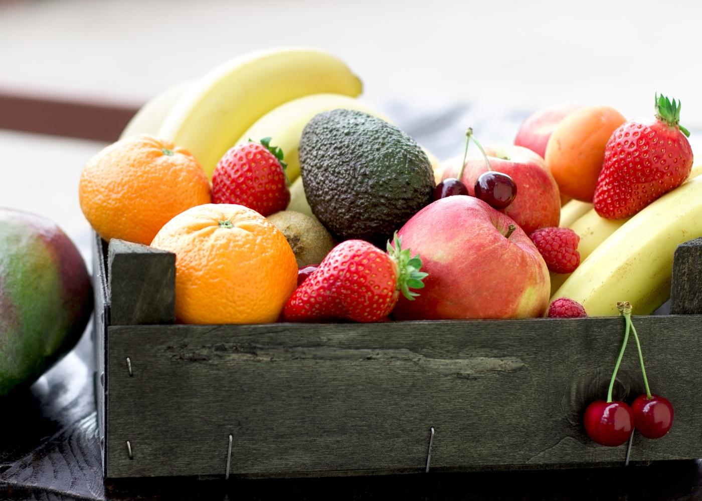 Caixa de madeira com variedade de frutas