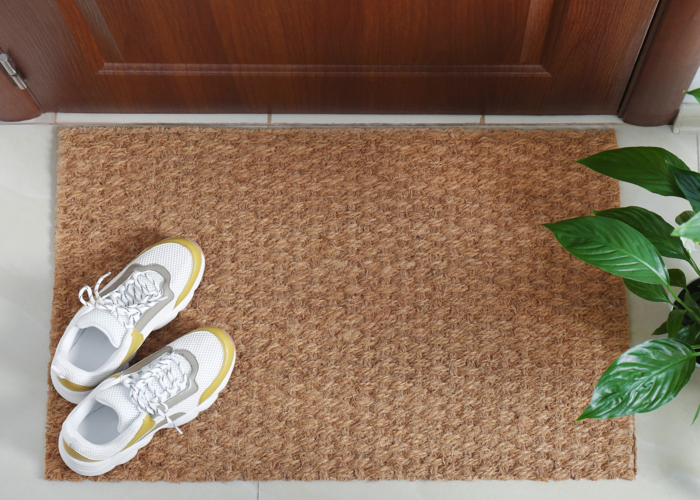 Sapatilhas à entrada de casa