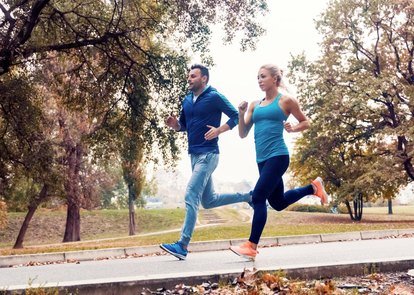 Casal a fazer a sua corrida matinal no parque