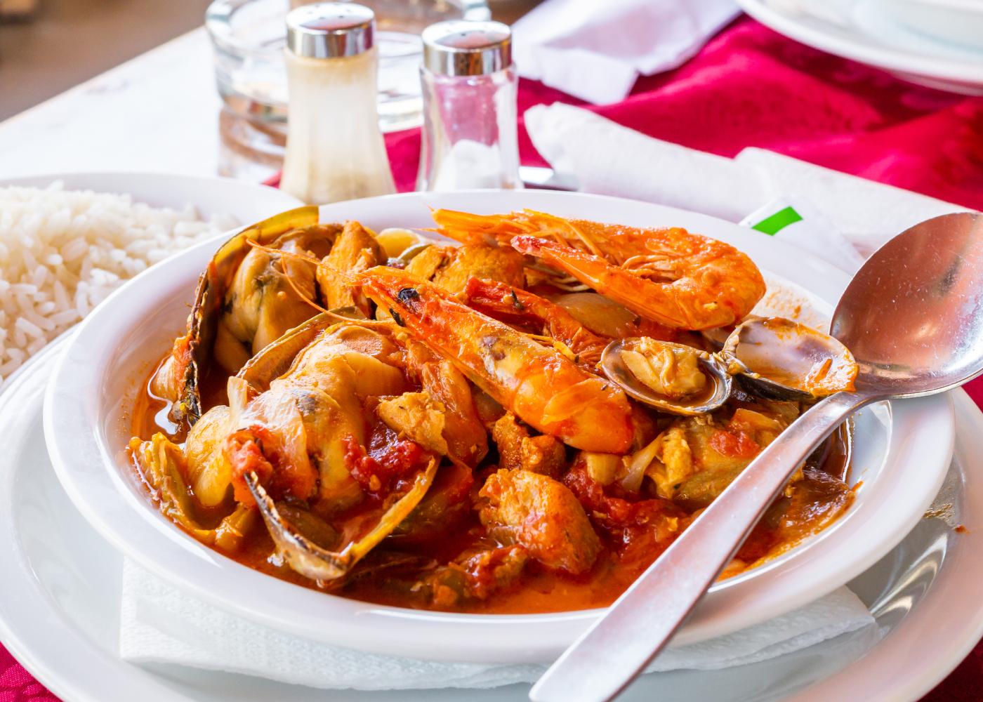 prato com camarão, frango e ameijoas