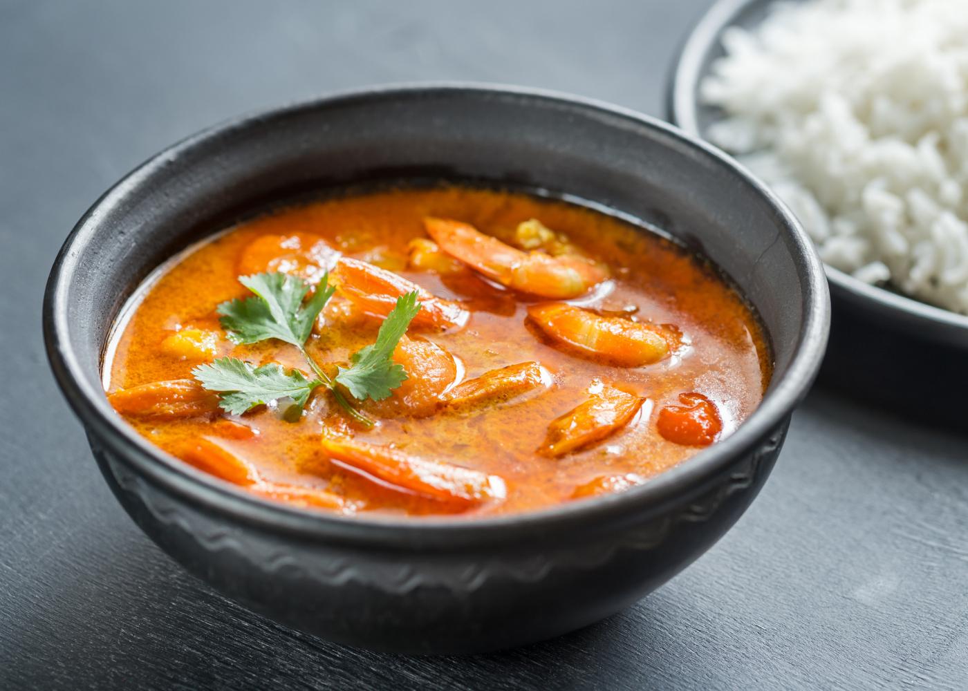 tigela com frango, camarão e batata