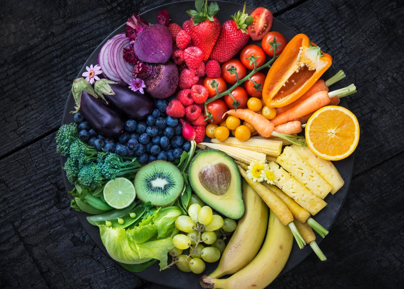Cesto com variedade de frutas e legumes