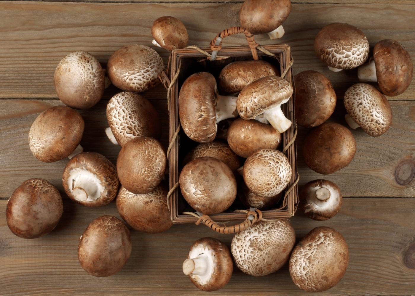 Cogumelos Portobello em cima de mesa de madeira