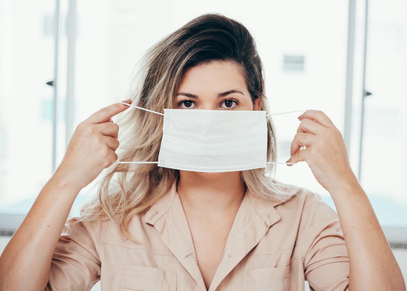 jovem a colocar a máscara de forma correta