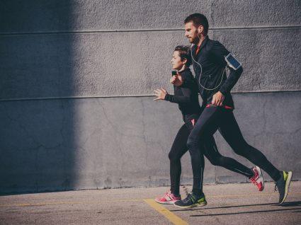 Casal a começar treino de corrida para iniciantes