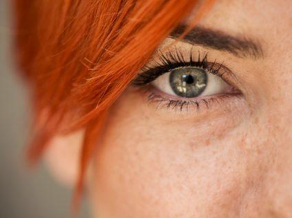 COVID-19 tornou-o uma pessoa melhor: close-up de olhos de mulher