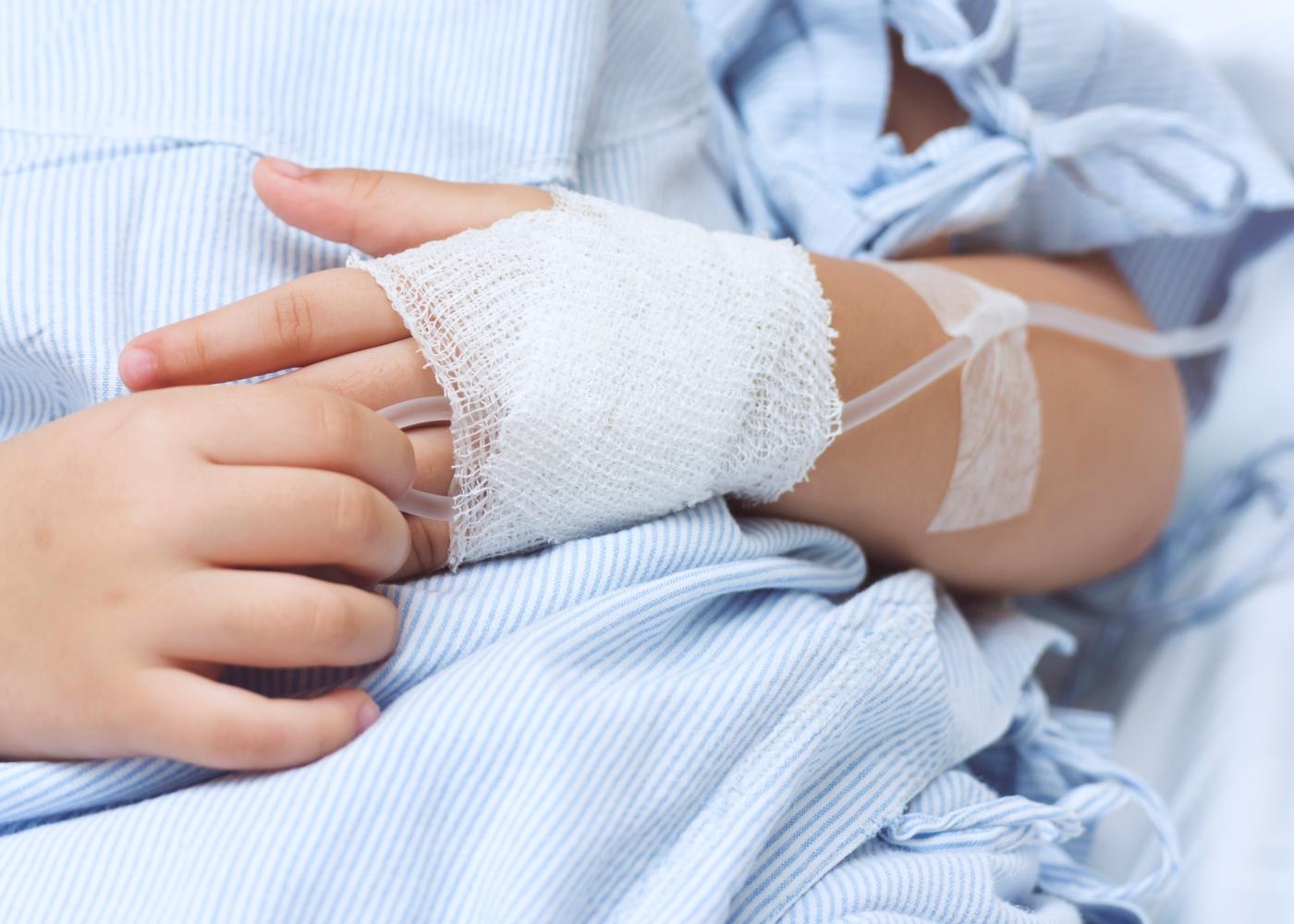 Criança internada num hospital a ser alimentada a soro