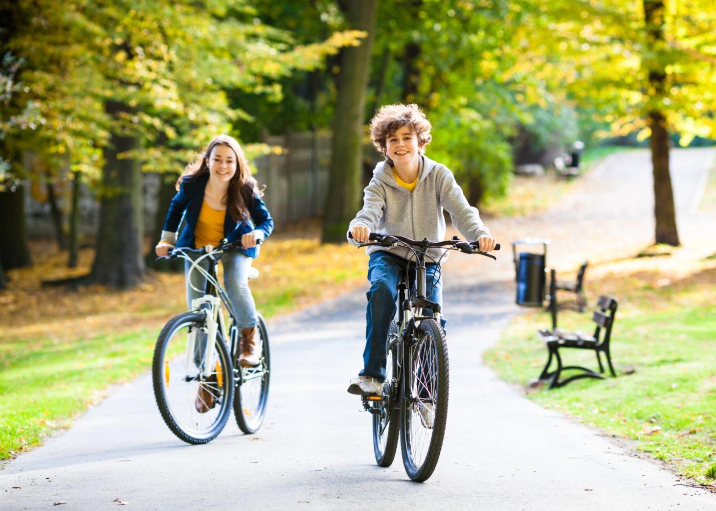 Crianças a andar de bicicleta no parque
