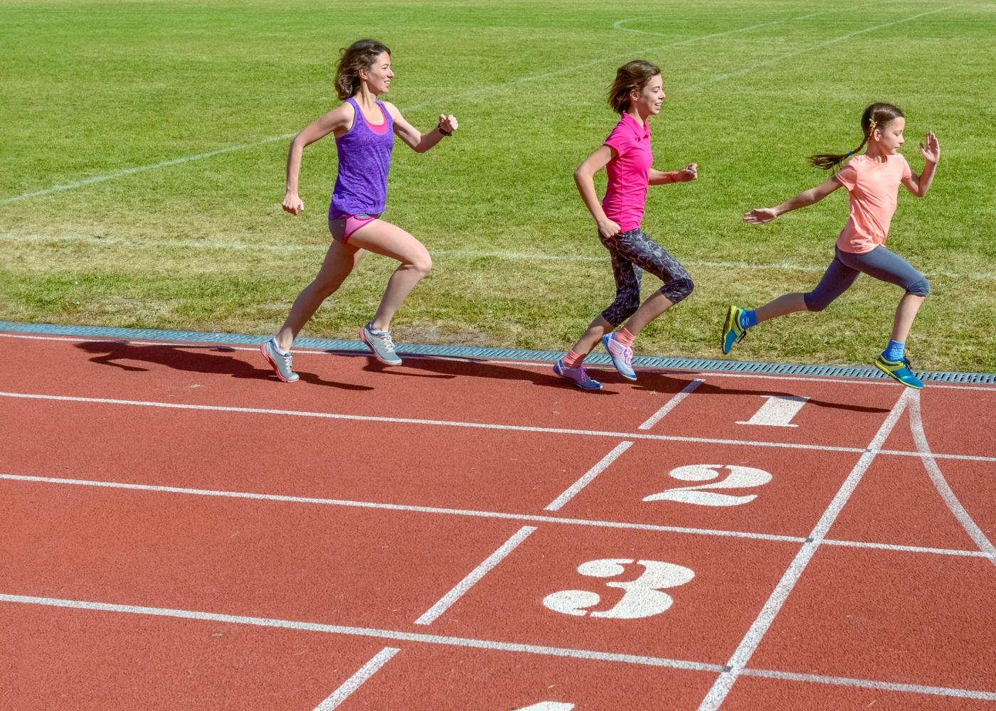 Crianças a correr numa pista de atletismo