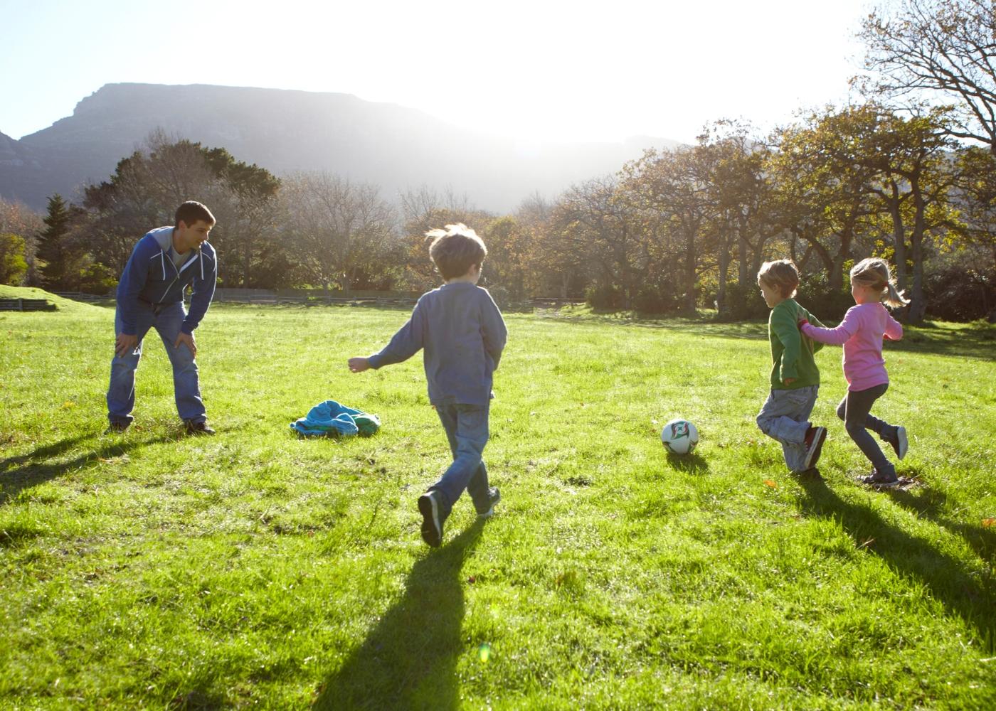 Crianças a jogar futebol no parque