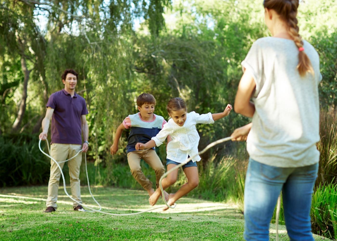 Crianças a saltar à corda