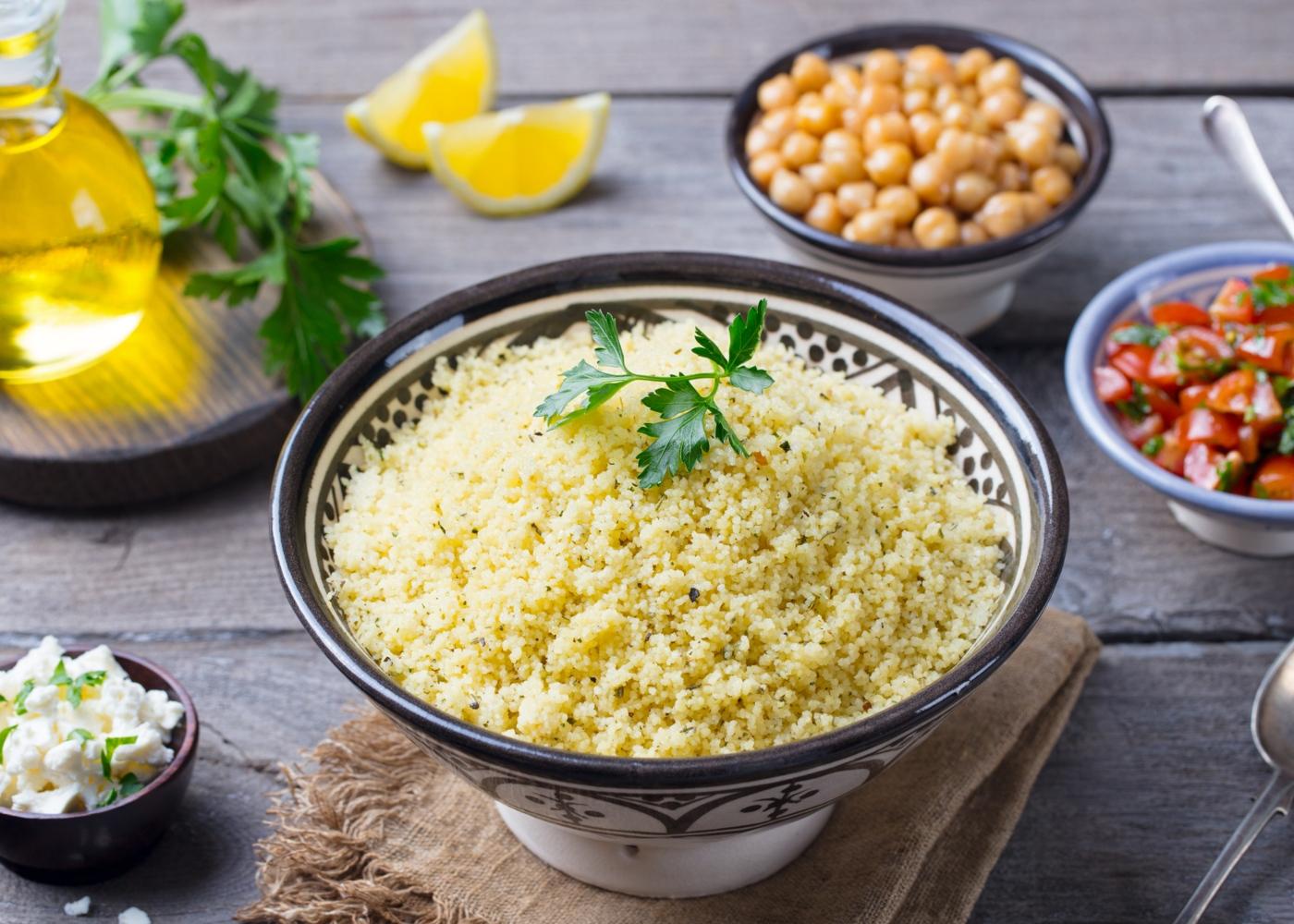 Taça com cuscuz marroquino com legumes