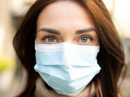 Endemia: mulher a usar máscara na rua