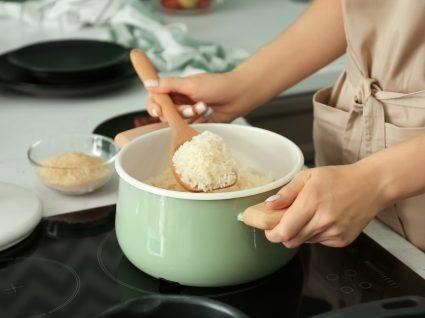 Erros ao cozinhar arroz: mulher a fazer um tacho de arroz