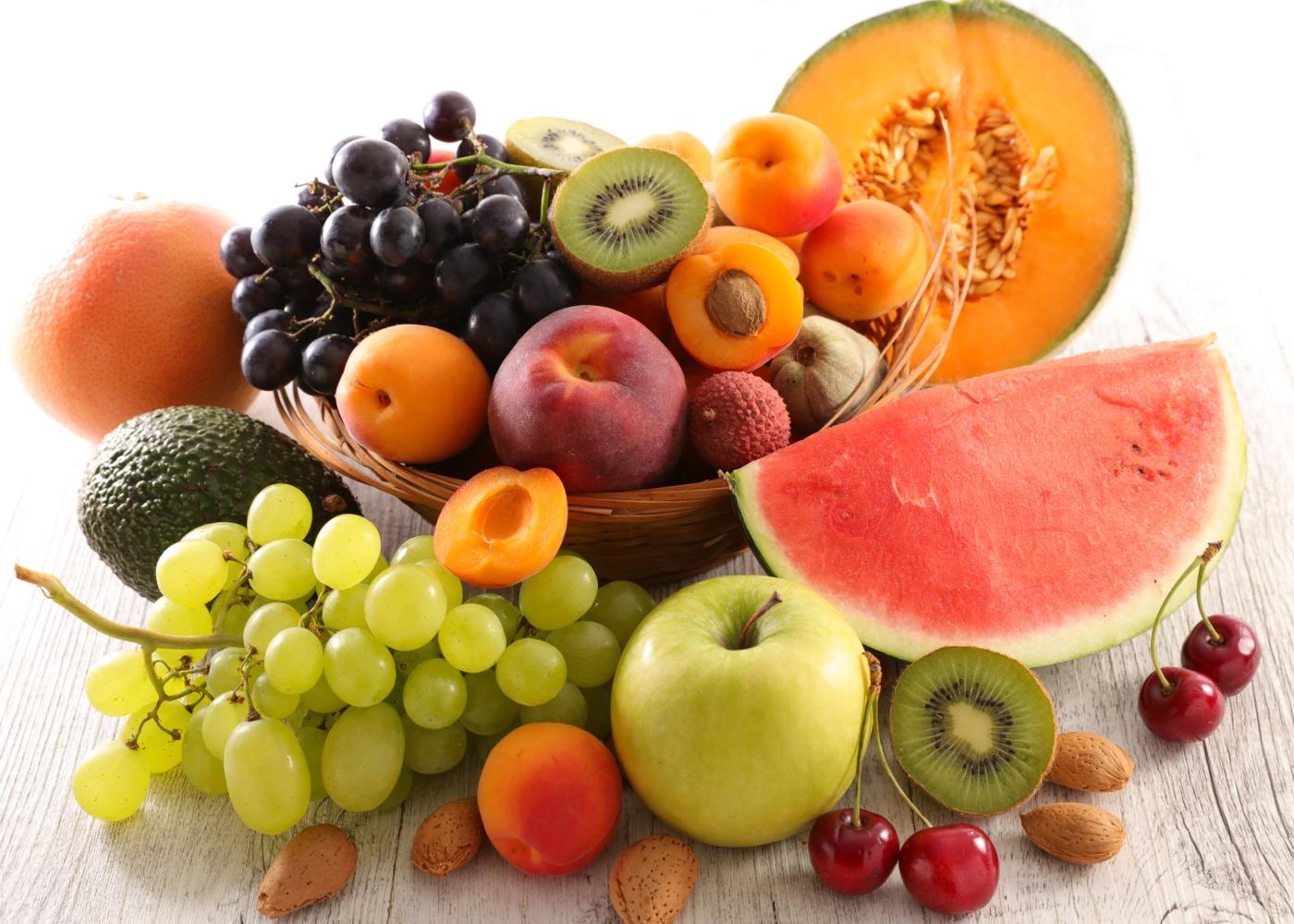 Fruta espalhada em cima de mesa
