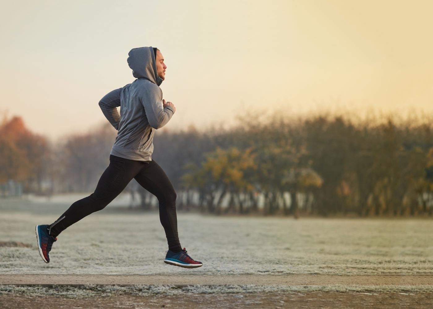 Homem a correr no parque de manhã cedo