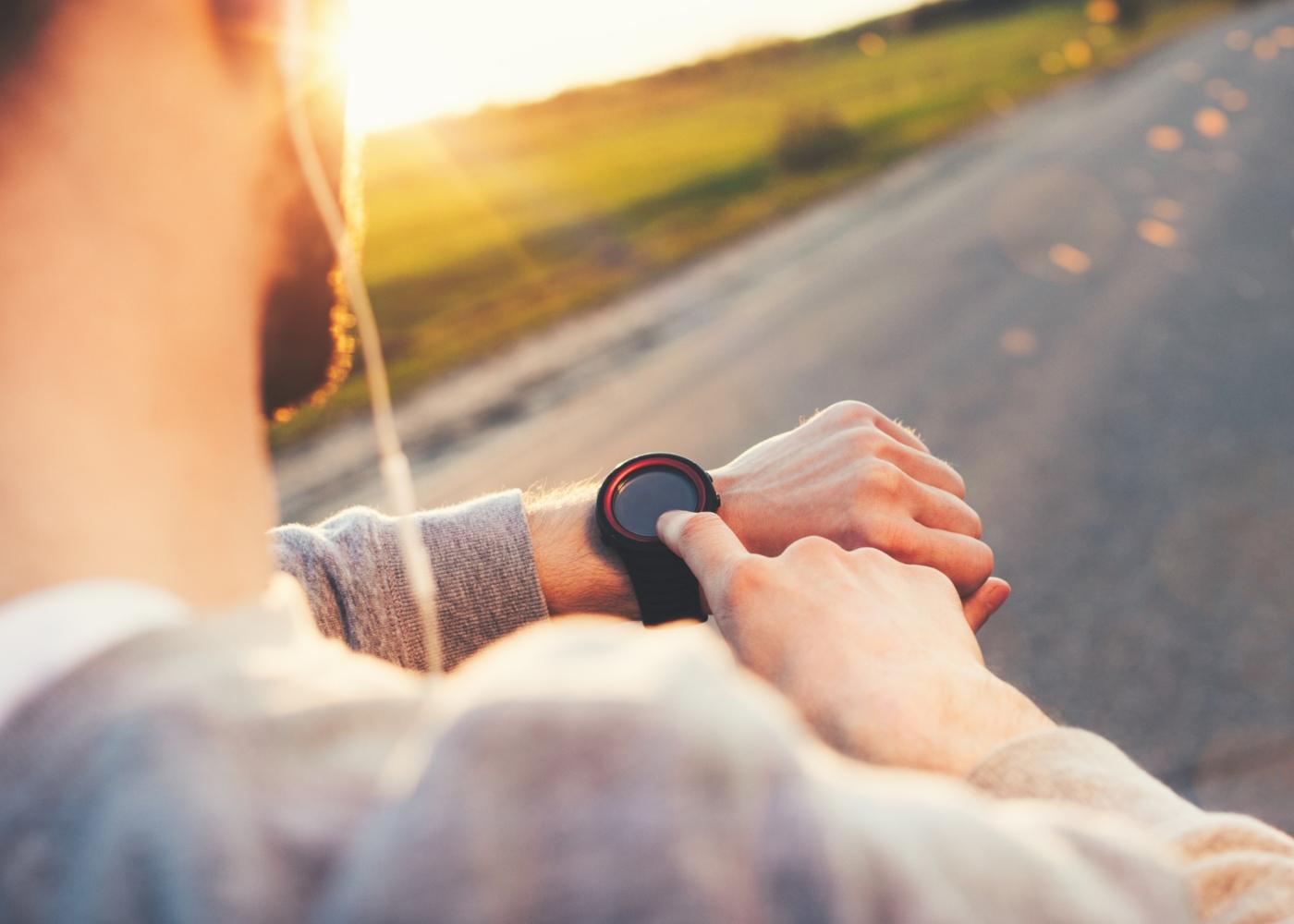 Homem a monitorizar treino através do smartwatch