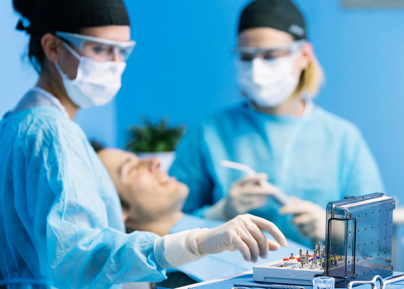 Homem no dentista em tempos de pandemia