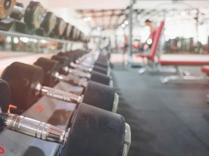 Reabertura dos ginásios: homem a fazer aula de musculação no ginásio